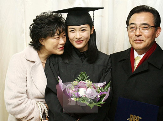 Cha Ha Ji Won qua doi khong kip xem phim moi cua con hinh anh 1