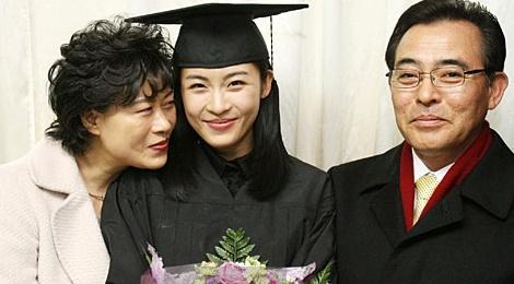 Cha Ha Ji Won qua doi khong kip xem phim moi cua con hinh anh