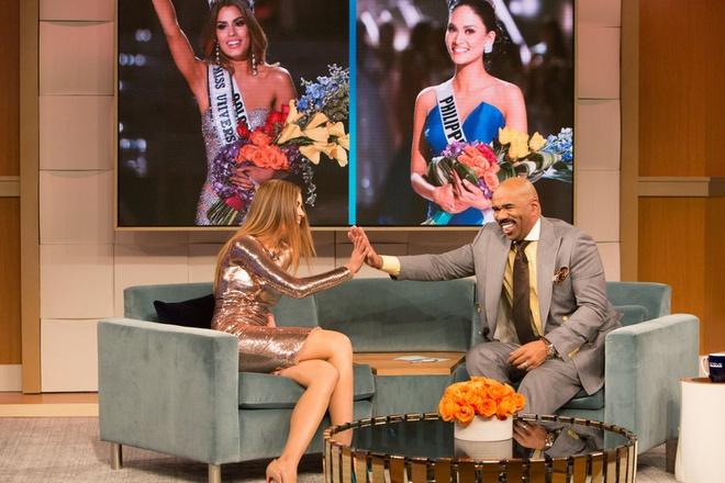 MC Miss Universe khoc xin Hoa hau Colombia tha thu hinh anh 1