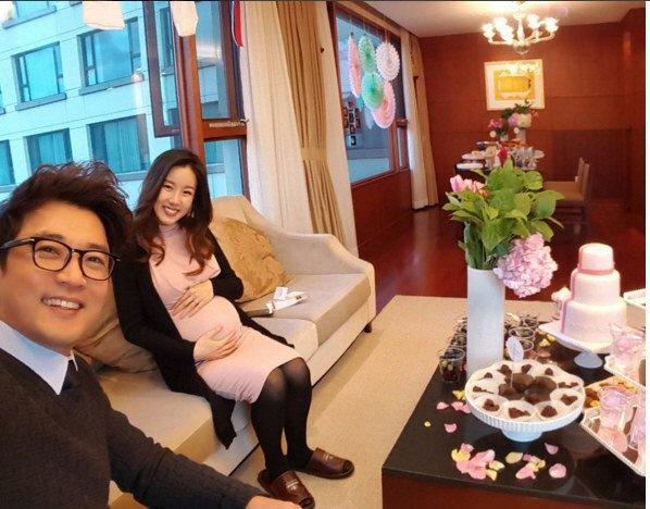 Ahn Jae Wook mo tiec mung con gai sap chao doi hinh anh 2