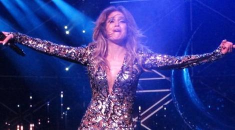 Jennifer Lopez bi rach trang phuc tren san khau hinh anh
