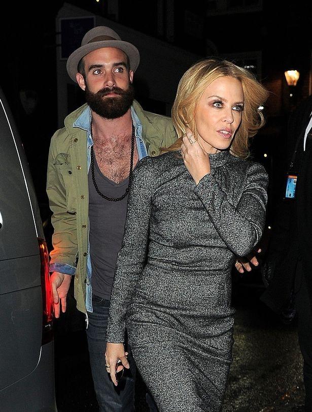 Kylie Minogue bi don dinh hon voi ban trai kem 19 tuoi hinh anh 2