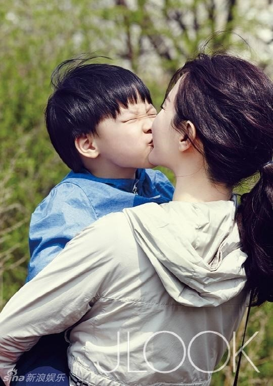 Lee Young Ae vui dua voi con tren tap chi hinh anh 1