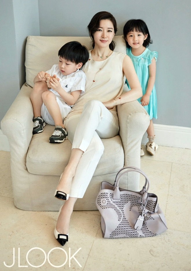 Lee Young Ae vui dua voi con tren tap chi hinh anh 5