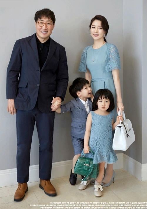 Lee Young Ae vui dua voi con tren tap chi hinh anh 7