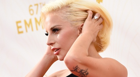 Lady Gaga nho chuyen bi cuong hiep khi hat ca khuc moi hinh anh