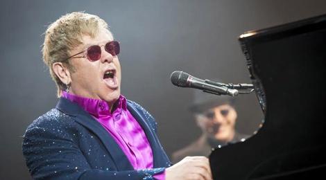 Elton John mia mai Janet Jackson hat nhep hinh anh