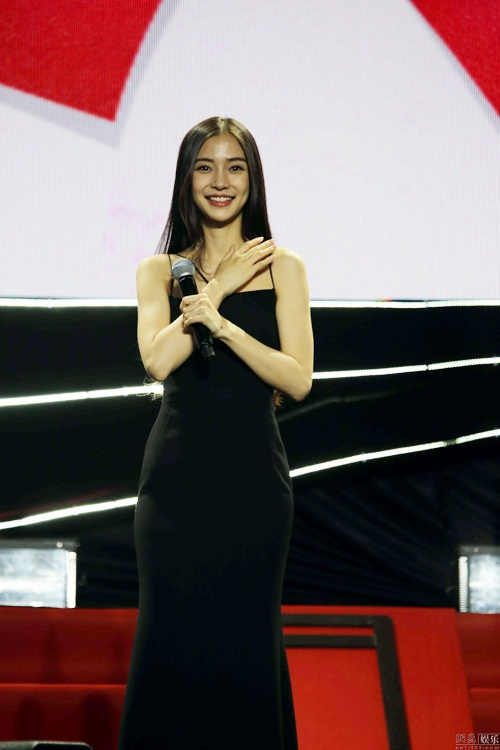Angelababy lung tung vi vay khoet goi cam hinh anh 4