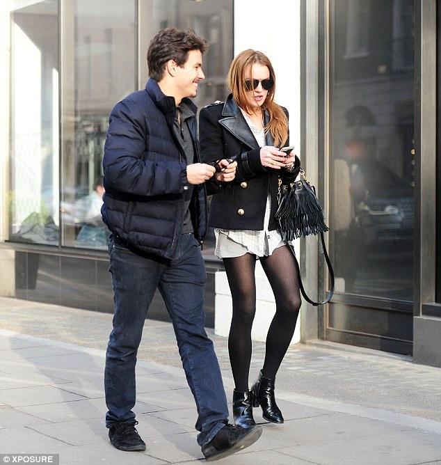 Lindsay Lohan lan dau dao pho cung bo tre dai gia hinh anh 1