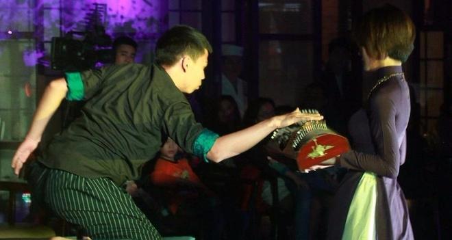 'Coi vang': Duong dai ket hop ngau hung voi truyen thong hinh anh
