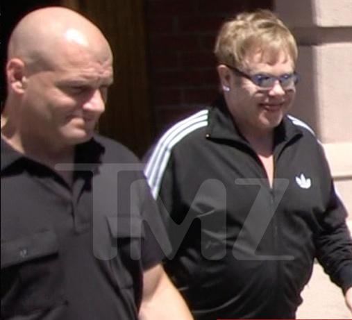 Elton John,  quay roi tinh duc,  kien cao,  ve si anh 1
