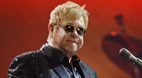 Elton John bi kien toi quay roi tinh duc hinh anh