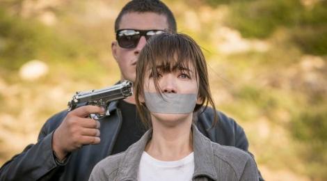 Song Joong Ki coi bo quan phuc de cuu Song Hye Kyo hinh anh