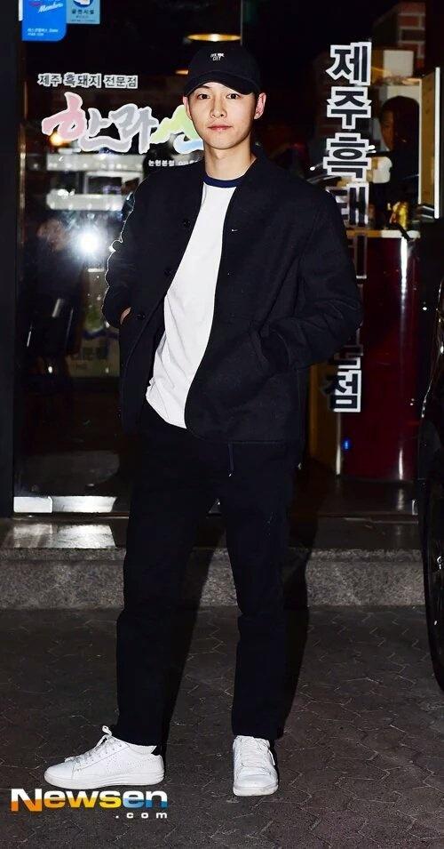 Song Joong Ki dai tiec doan phim 'Hau due mat troi' hinh anh 3