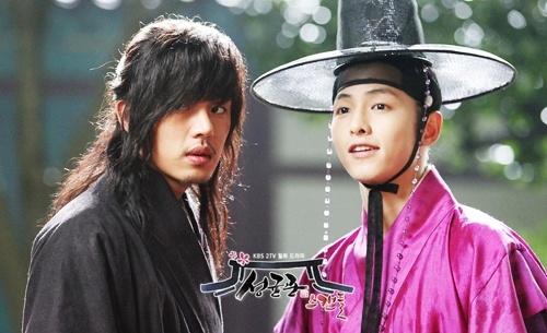 Yoo Ah In du doan dua 'Hau due mat troi' lap ky luc rating hinh anh 2