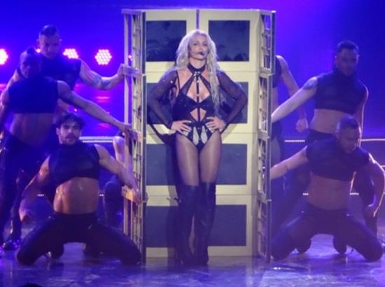 Trang phuc bieu dien ngay cang goi cam cua Britney Spears hinh anh 2