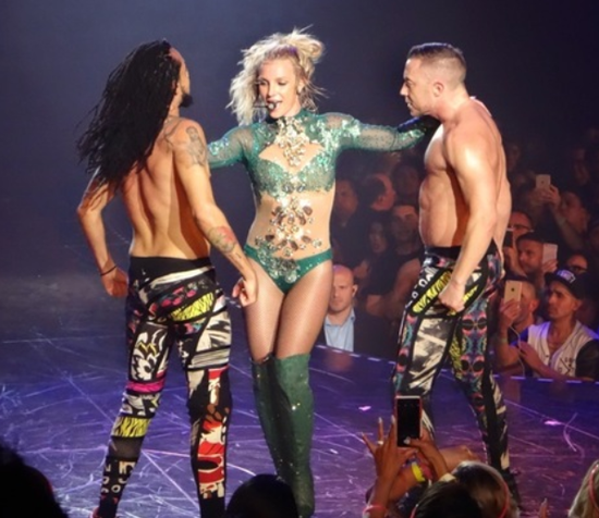 Trang phuc bieu dien ngay cang goi cam cua Britney Spears hinh anh 6