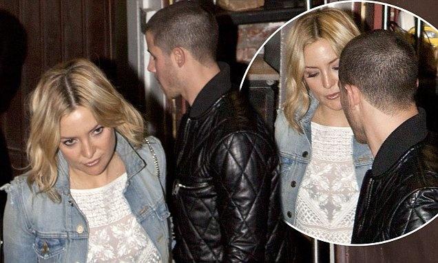 Nick Jonas van nho nu hon kinh khung voi Miley Cyrus hinh anh 2