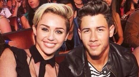 Nick Jonas van nho nu hon kinh khung voi Miley Cyrus hinh anh