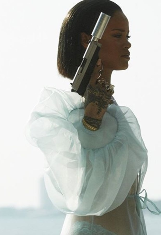 Rihanna tung MV moi bao luc, goi cam hinh anh 1