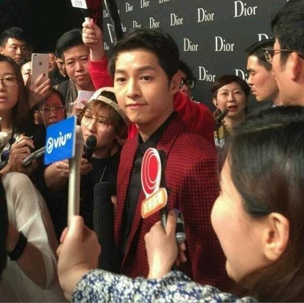 Song Joong Ki o Hong Kong: Fan cuong, dong nghiep kho chiu hinh anh 3