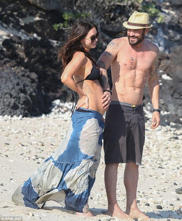 Megan Fox khoe bung bau, han gan voi chong hinh anh 2