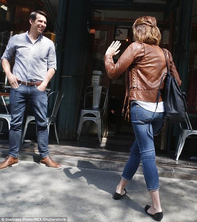 Emma Watson mac gian di hen ho ban trai doanh nhan hinh anh 2