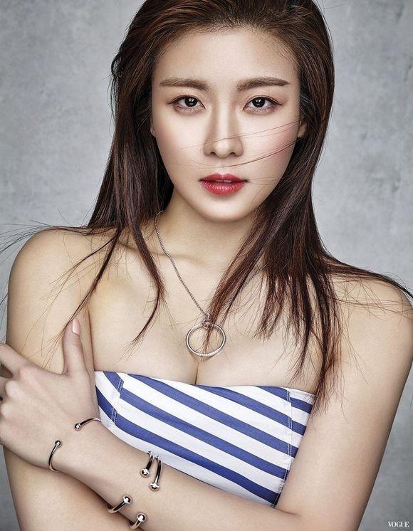 Ha Ji Won quyen ru tren trang bia Vogue hinh anh 5