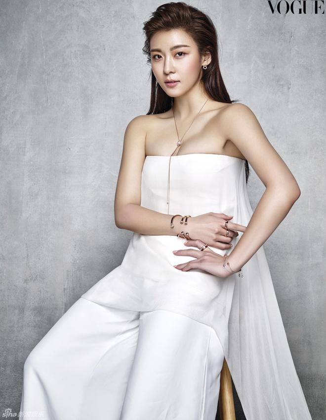 Ha Ji Won quyen ru tren trang bia Vogue hinh anh 3