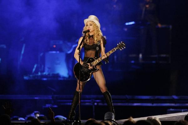 Madonna: Bieu tuong thoi trang hay nguoi dan ba noi loan? hinh anh 2