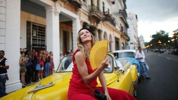 Chanel mo san dien tren duong pho Cuba hinh anh 1