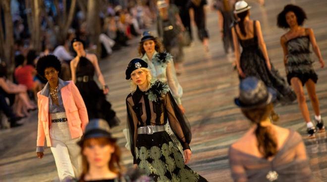 Chanel mo san dien tren duong pho Cuba hinh anh 11