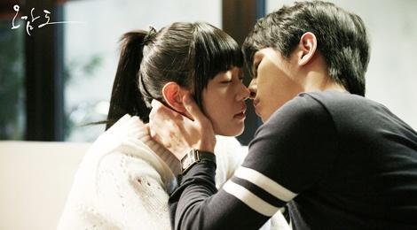 Clara noi ve canh hon voi Song Joong Ki hinh anh