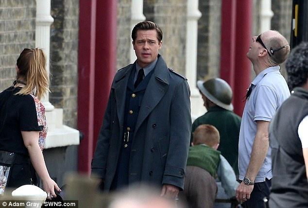 Brad Pitt thi tham voi 'tinh nhan' tren truong quay hinh anh 6