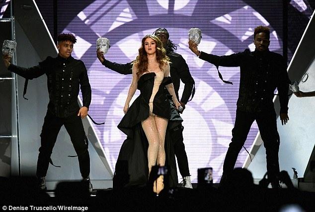Selena Gomez nong bong khoi dong tour dien hinh anh 3