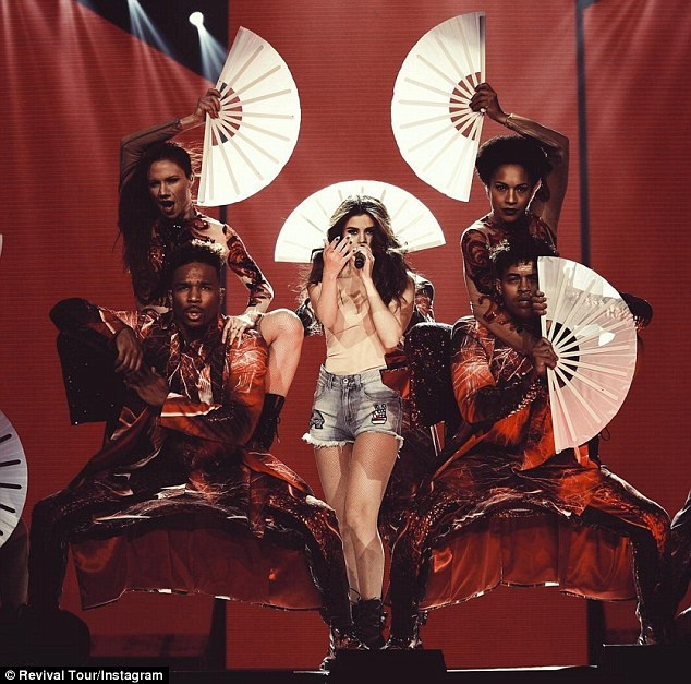 Selena Gomez nong bong khoi dong tour dien hinh anh 2