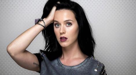Katy Perry len tieng sau khi ban trai om ap Selena Gomez hinh anh