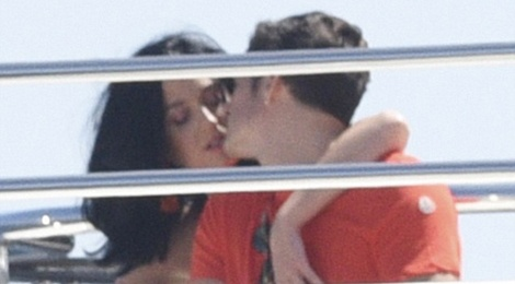 Orlando khoa moi Katy Perry sau on ao voi Selena hinh anh