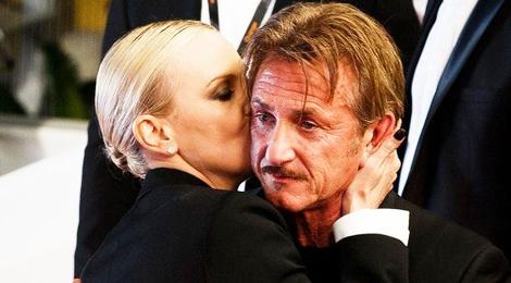 Charlize Theron hon Sean Penn guong gao hinh anh