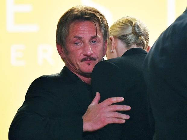 Charlize Theron hon Sean Penn guong gao hinh anh 3