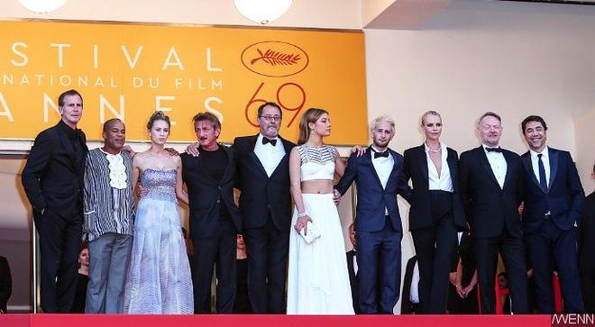 Charlize Theron hon Sean Penn guong gao hinh anh 1