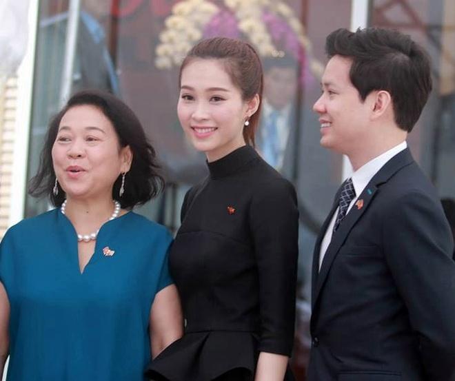 Hoa hau Thu Thao va ban trai rang ro don Tong thong Obama hinh anh 1