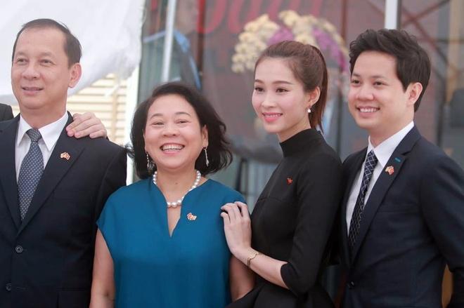 Hoa hau Thu Thao va ban trai rang ro don Tong thong Obama hinh anh 5