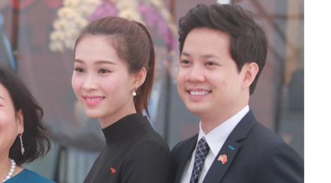 Hoa hau Thu Thao va ban trai rang ro don Tong thong Obama hinh anh
