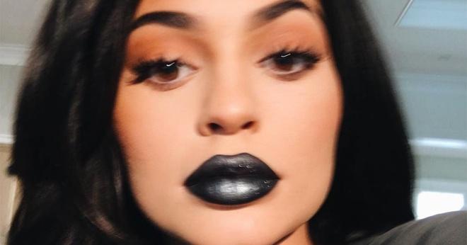 Kylie Jenner tung son moi mau xanh den hinh anh 2