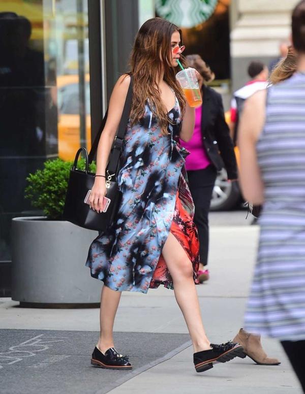 Selena Gomez ruc ro tren pho voi gam do hinh anh 6
