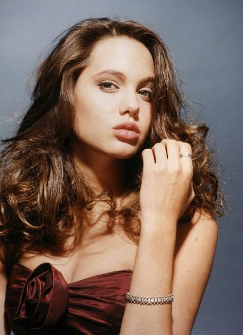 Ve dep goi cam cua Angelina Jolie khi moi 15 tuoi hinh anh 3