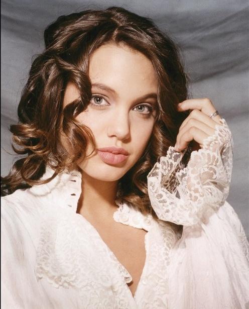 Ve dep goi cam cua Angelina Jolie khi moi 15 tuoi hinh anh 8
