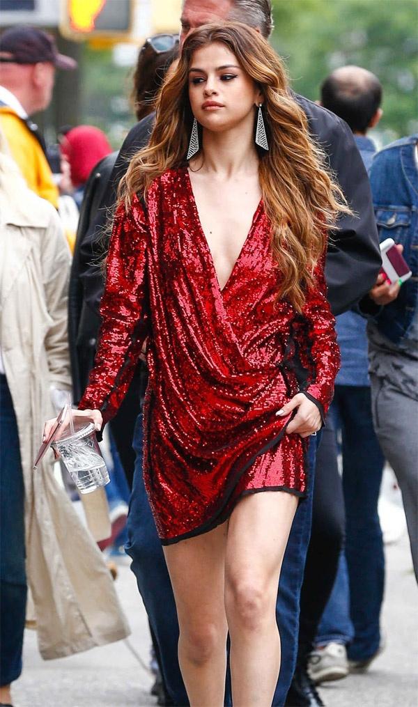 Selena Gomez ruc ro tren pho voi gam do hinh anh 2