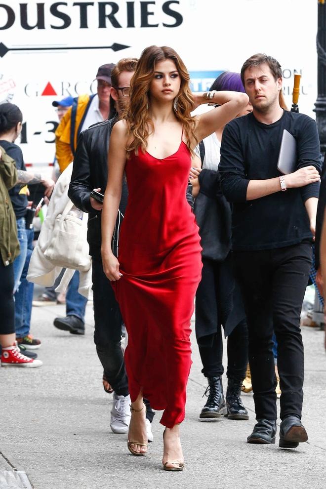 Selena Gomez ruc ro tren pho voi gam do hinh anh 3